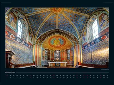 Ein Kalenderblatt zeigt einen farbenfrohen Kirchenraum