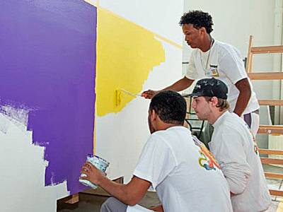 Drei junge Männer als Maler