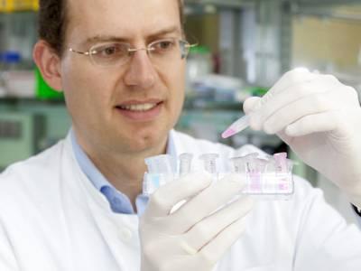 Ein Mann mit Laborutensilien