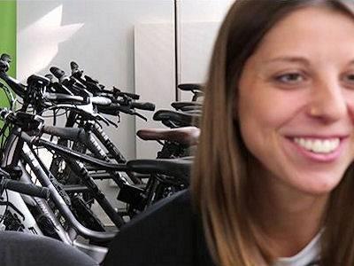Frau vor Fahrädern