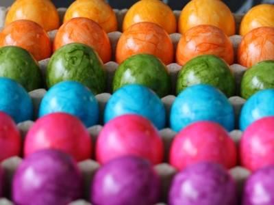 Bunt bemalte Eier in Eierkartons