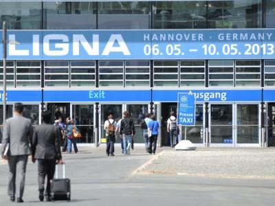 Menschen vor dem Eingang zur Ligna