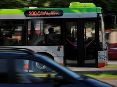 Ein Auto und ein Bus