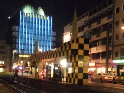 Stadtbahn hält nachts an Haltestelle.