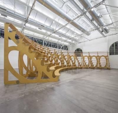 Tribünenkonstruktion aus Holz in einer Halle