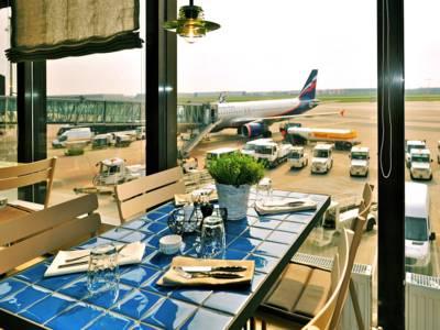 Blick aus einem Restaurantfenster auf ein Flugzeug