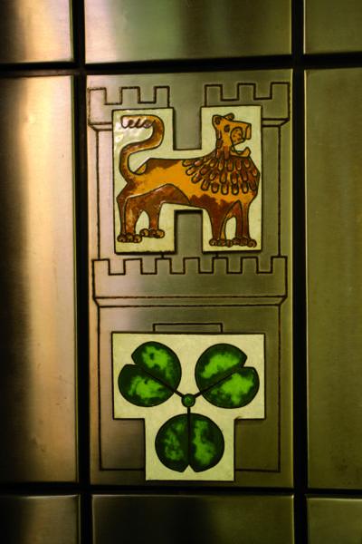 Künstlerische Darstellung von Löwe und Kleeblatt