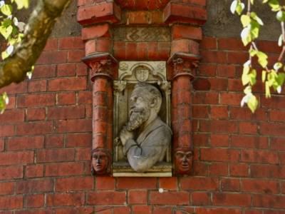 Hausfassade mit Bildnis eines Mannes