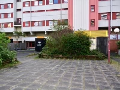 Gebäude mit verkleideten Entlüftungsschächten