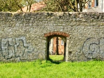 Alte Mauer mit Tor