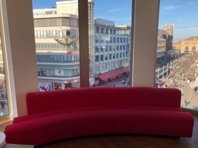 Eine rote Couch