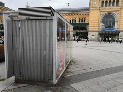 Metallkasten auf öffentlichen Platz mit verschlossener Türe