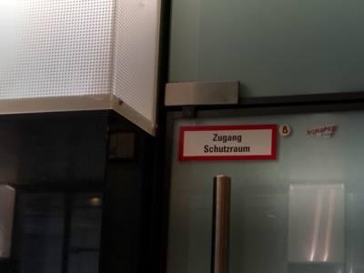 """Schild, auf dem """"Zugang Schutzraum"""" steht"""