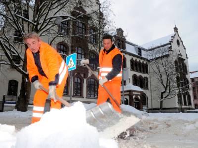 Mitarbeiter von aha beim Schneeräumen