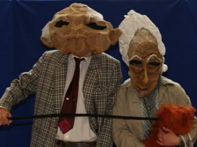 Frau und Mann in Maske