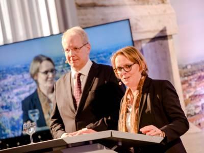 Ein Mann und eine Frau an einem Redepult.