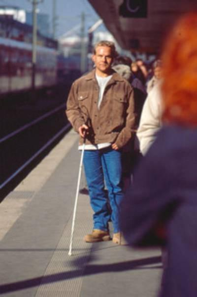 Blinder-Mann mit Langstock
