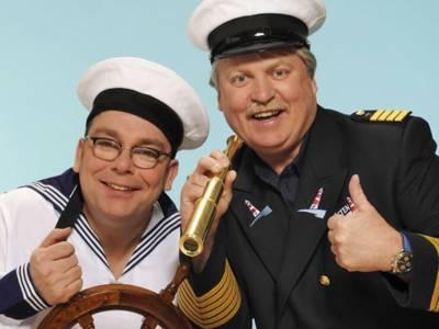 Zwei Männer in Seemanns-Uniform.