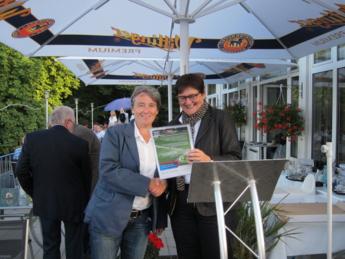 Sabine Tegtmeyer-Dette übergibt die Abschlussurkunde an die DTV Vereinsvorsitzende Sandra Fritsch