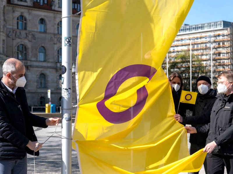 Die Landeshauptstadt Hannover hisst zum Start der Kampagne zum ersten Mal auch die Inter* Pride Flagge vor dem Rathaus.