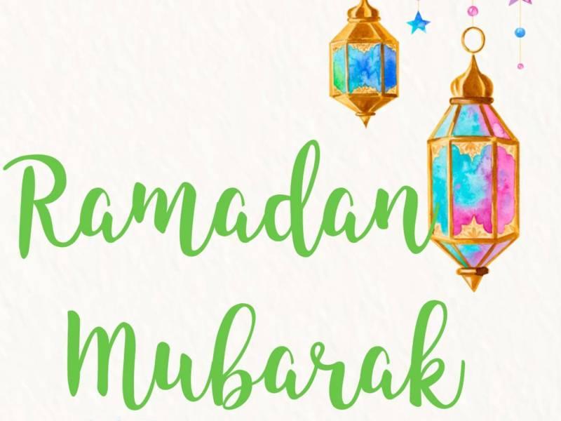 Symbole des Ramadan: Mondsichel und Ramadan-Laternen.