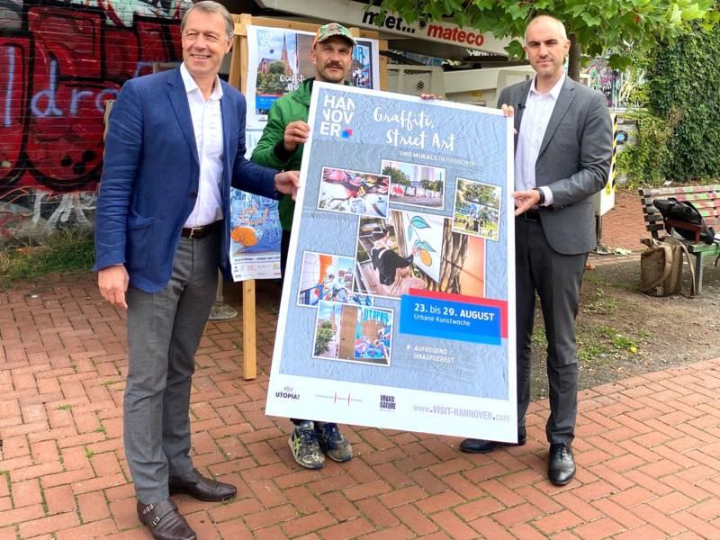 Urbane Kunstwoche: Hans Christian Nolte (Geschäftsführer der HMTG), Bart Sucharski (Graffiti Künstler aus Poznań) und Oberbürgermeister Belit Onay.