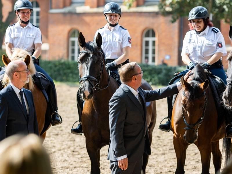 Polizeipräsident Volker Kluwe und der Innenminister Boris Pistorius besuchen den neuen Reitplatz
