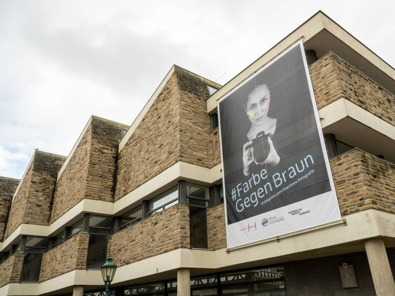 Ein großes Banner an der Fassade des Historischen Museums