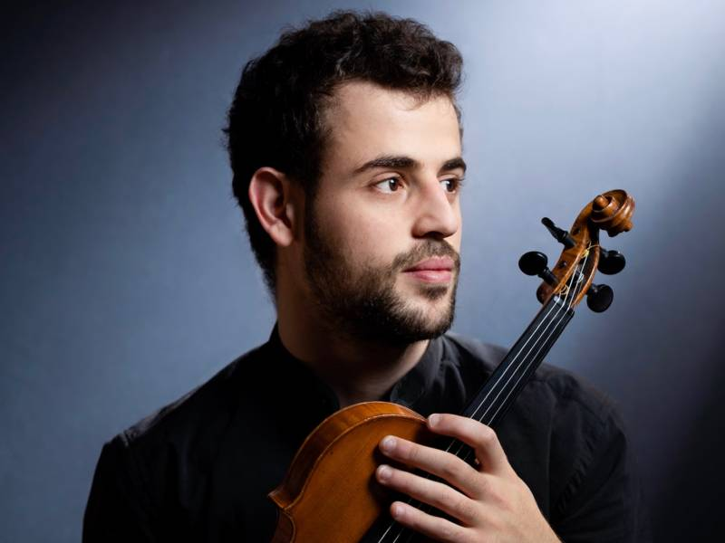 Porträt eines Musikers mit einer Geige.