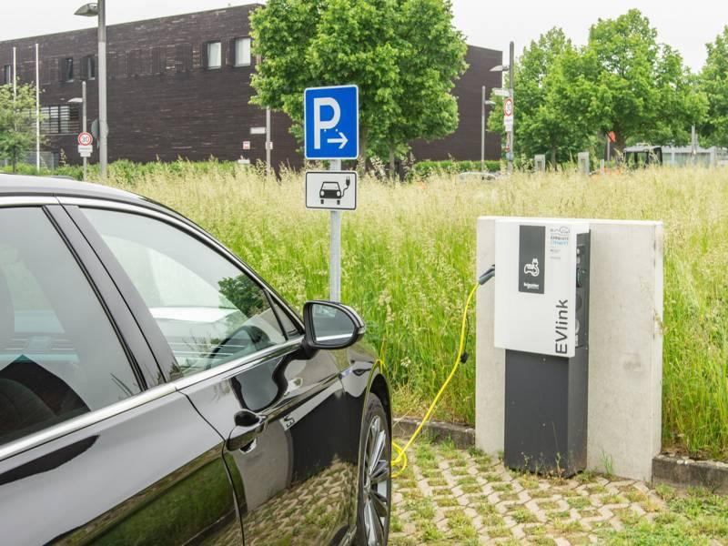 Ladesäule für Elektroautos, gerade ist eines angeschlossen