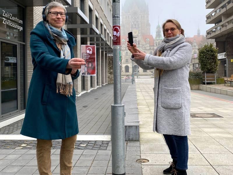 Dr. Stefanie Krebs (Tonspur Stadtlandschaft) und Konstanze Beckedorf (Kulturdezernentin der Landeshauptstadt)