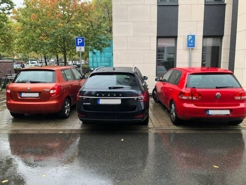 3 Autos auf 2 Behindertenparkplätzen