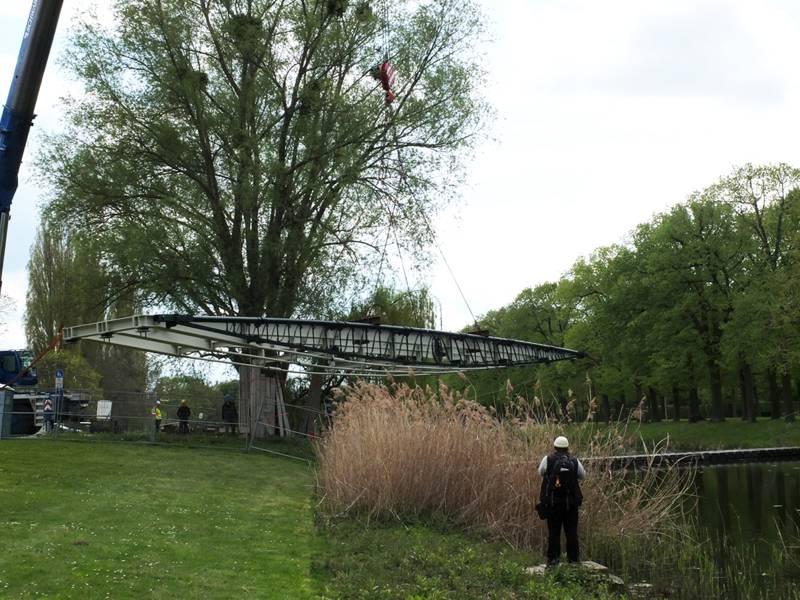 Die neue Brücke schwebt noch in der Luft