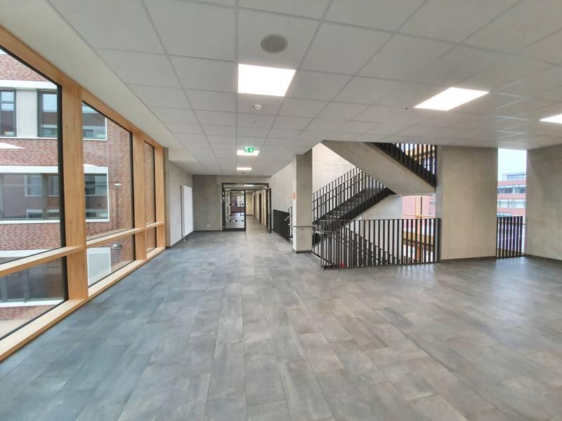 Flur und Treppenhaus eines Schulgebäudes