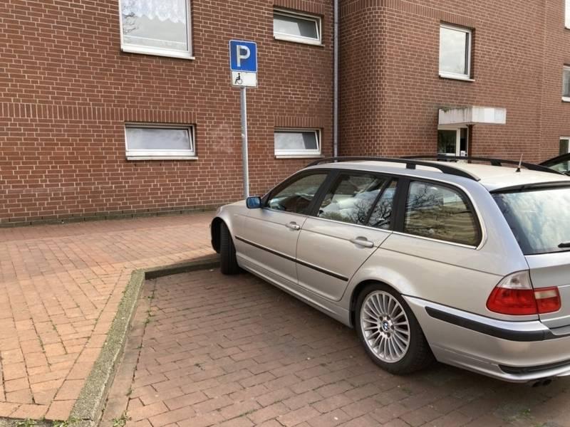 Auto steht auf einem Behindertenparkplatz ohne Bordsteinabsenkung