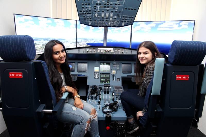 : Kurz vor der Landung am Flughafen in Nizza: Die 16-jährige Rinna Kuraischi (l.) als Kapitänin der Maschine mit ihrer Ko-Pilotin Regina Ruff (15).