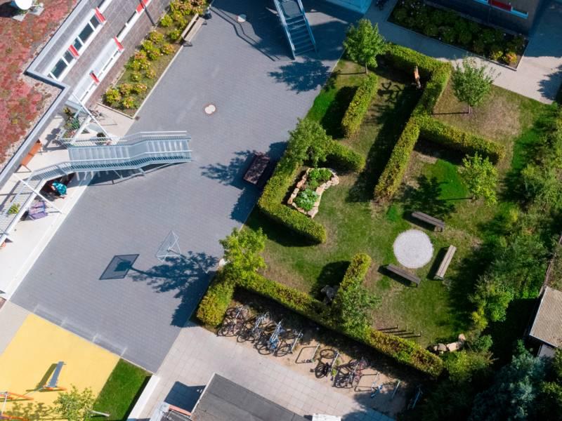 Luftaufnahme Standort Wunstorf auf einen Garten mit Labyrinth-Elementen.