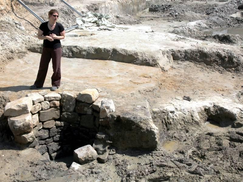 Kommunalarchäologin Ute Bartelt steht auf dem Ausgrabungsgelände Steinweg Gehrden.