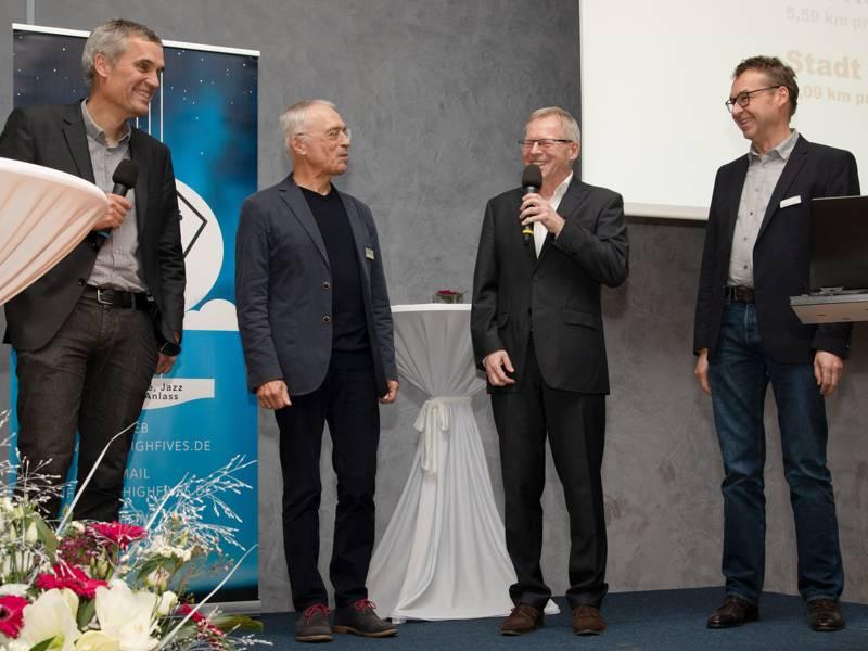 Vier Herren auf einer Bühne