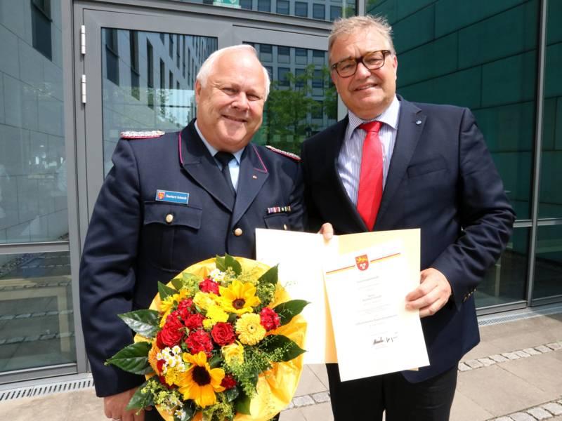 Eberhard Schmidt und Regionspräsident Hauke Jagau