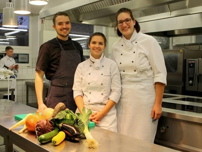 Drei Personen in Koch-Berufskleidung