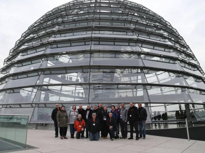 Eine Gruppe vor der Reichstagskuppel in Berlin.