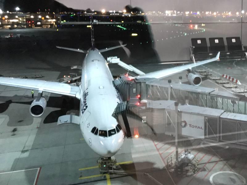 Eine Passagiermaschine steht an einem Flughafenterminal.