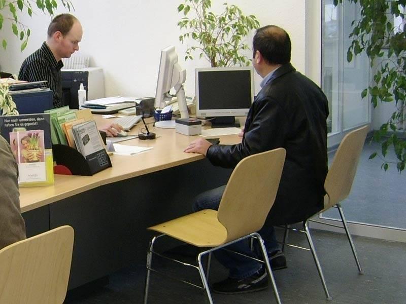 Sachbearbeiter und Kunde in einer städtischen Dienststelle