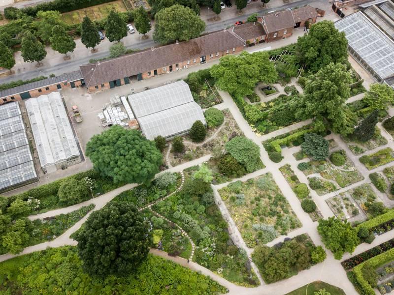 Berggarten mit Kanarenschauhaus