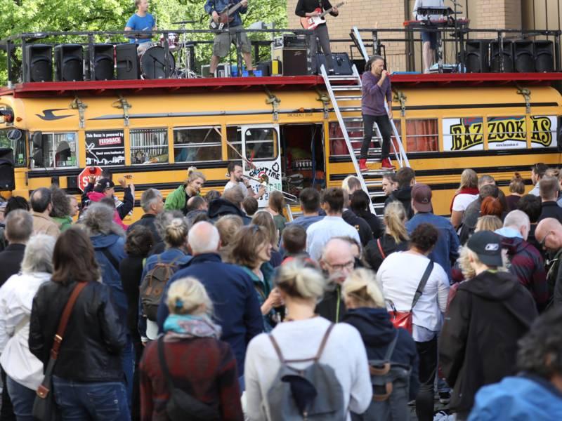 Die Bazzookas mit Skapunk auf ihrem gelben amerikanischen Schulbus am Holzmarkt.