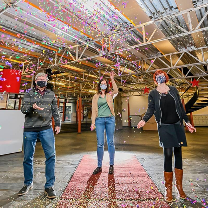 Konfettiregen im Foyer des Museums zur virtuellen Ausstellungseröffnung