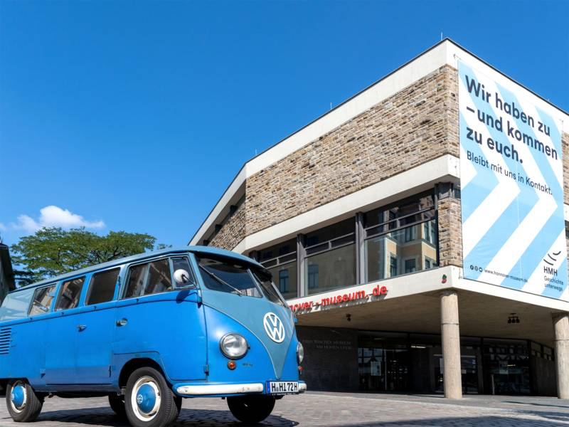 """Ein umgerüsteter T1-""""Bulli"""" (Baujahr 1956) bringt das Museum direkt in die Stadt."""