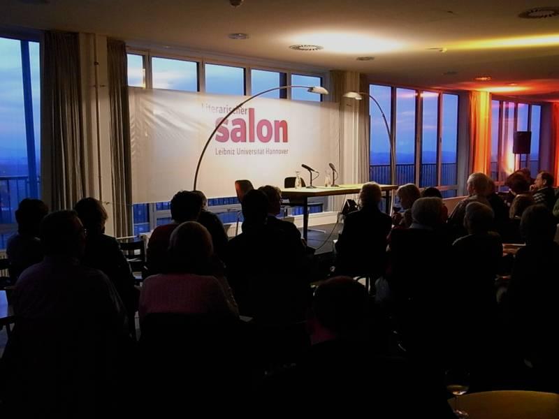 Blick auf die Bühne im Literarischen Salon, davor das Publikum auf Stühlen