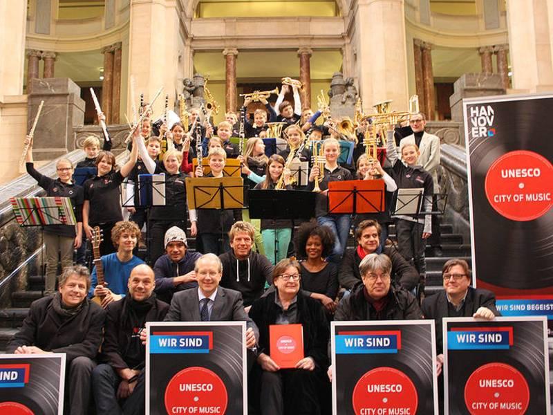 """Unterstützer der """"City of Music""""-Bewerbung und eine Bläserklasse der Schillerschule auf der Rathaustreppe"""